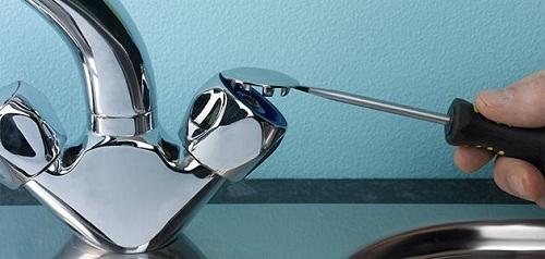 gỡ nắp van vòi rửa bát bị rỉ nước